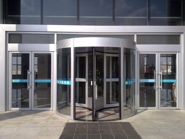 随着社会的发展,铜旋转门在高楼大厦、地铁、机场、酒店、大型单位等均得到了广泛的应用