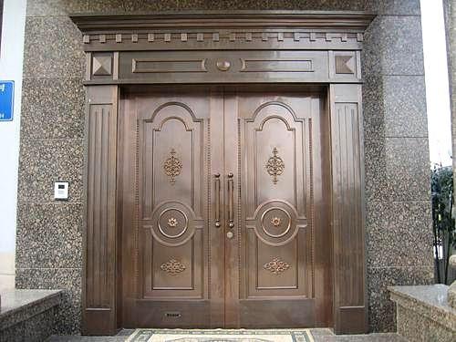 铜门是一种外观和实用性都非常理想的门产品,具有古典的风蕴和深厚的内涵