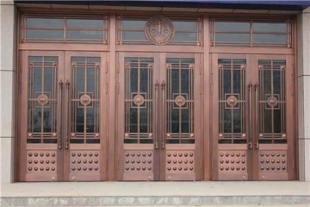 内蒙古铜门是一种超豪华的玄关。金碧辉煌、沉稳厚重,给人一种庄严神圣的感觉。