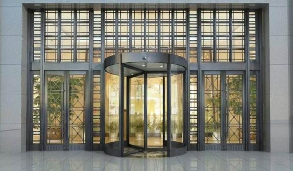 铜旋转门是利用钢化玻璃和铜材料经过加工做成的一种旋转式的玻璃门