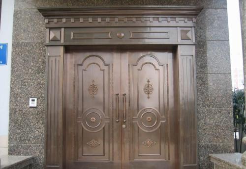 别墅铜门外表华丽庄重,是高雅与实用性的美妙结合
